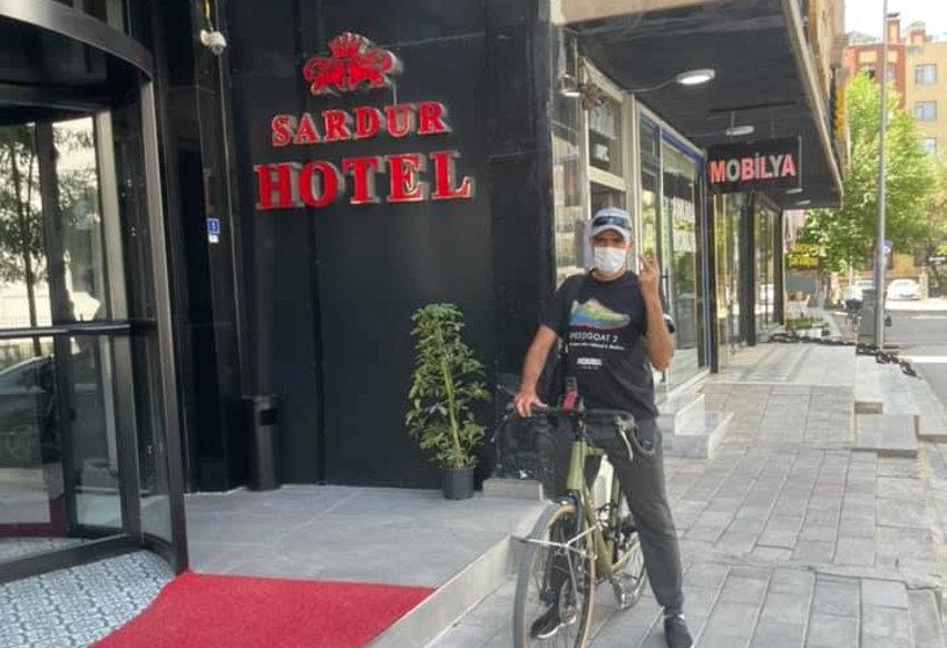 Auxerre/Dubaï : Abder EL BADAOUI ne peut pénétrer en Iran pour le moment…et visite Van à bicyclette !