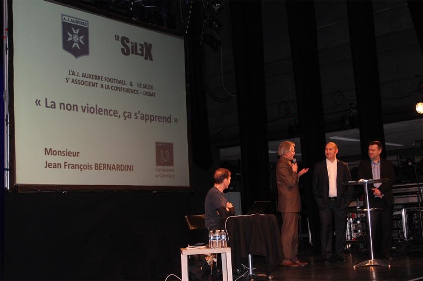 La non-violence, valeur vertueuse inculquée aux jeunes pensionnaires du Centre de formation de l'AJ Auxerre