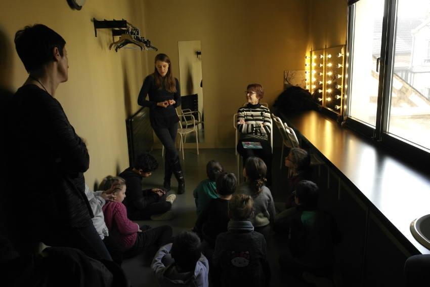 De jeunes visiteurs découvrent la face cachée du Théâtre d'Auxerre avec « Lire et Faire Lire »
