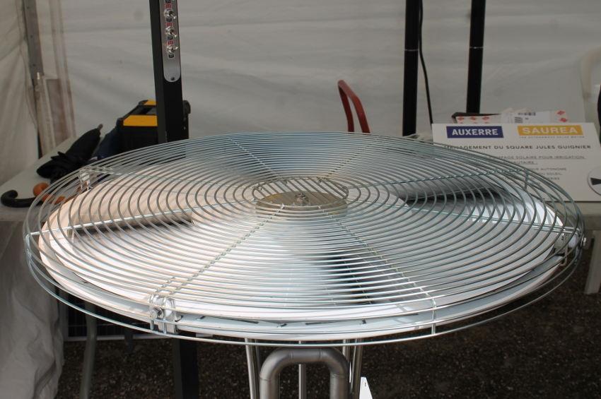 Le moteur solaire de SAUREA attise la curiosité au Salon de l'Eclairage Public : même sous la pluie, il fonctionne !