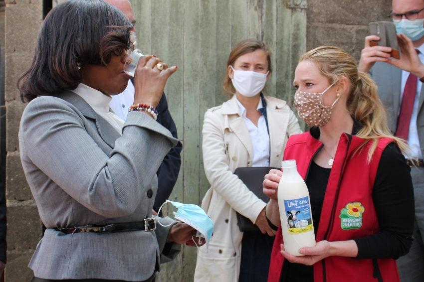 La gourmandise a eu raison du protocole : du petit lait pour la productrice Mélanie VARACHE !