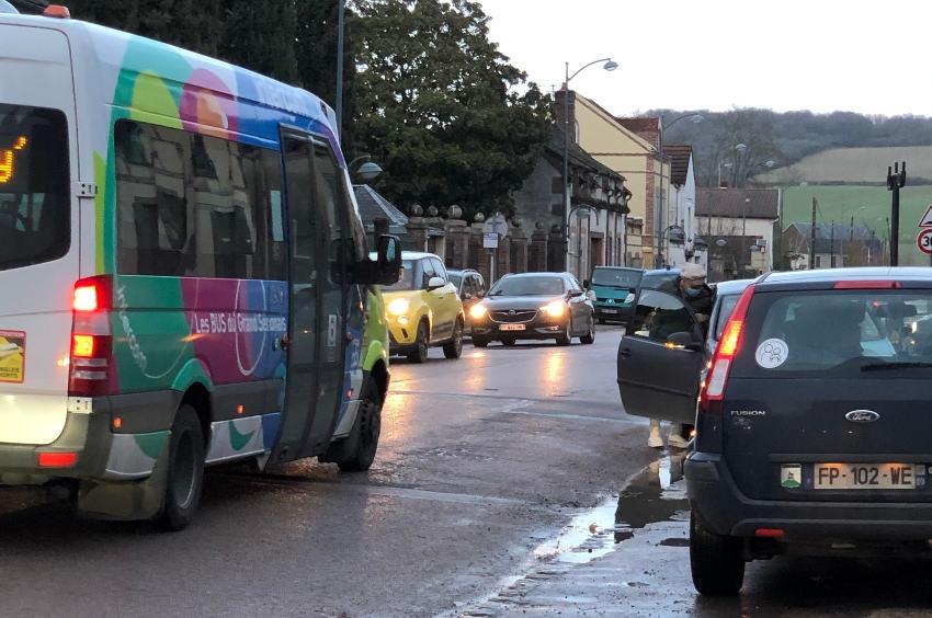 Incivilité : les automobilistes abusent du stationnement sur l'espace réservé aux bus scolaires à Villeneuve-sur-Yonne