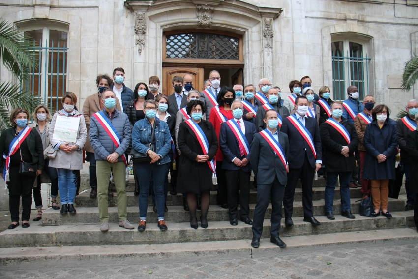 Emotion devant l'hôtel de ville : les élus auxerrois applaudissent la mémoire du « martyr » Samuel PATY