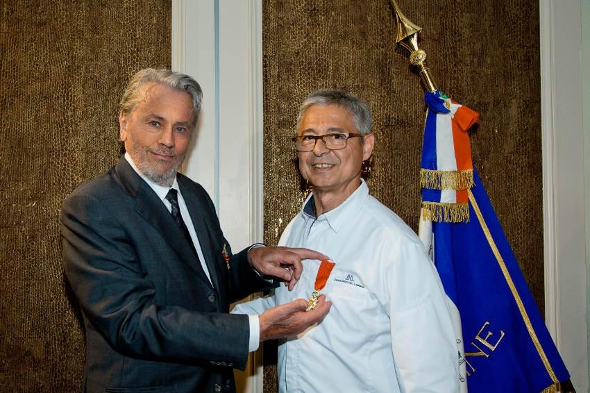 Alain DELON remet la Légion d'Honneur à Jean-Michel LORAIN : quand une star du cinéma honore une étoile de la gastronomie…
