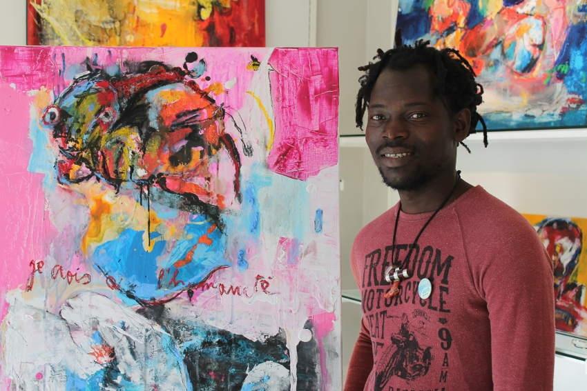 Les œuvres de Rafiy OKEFOLAHAN s'exposent à Auxerre : immersion colorée au cœur du Bénin…