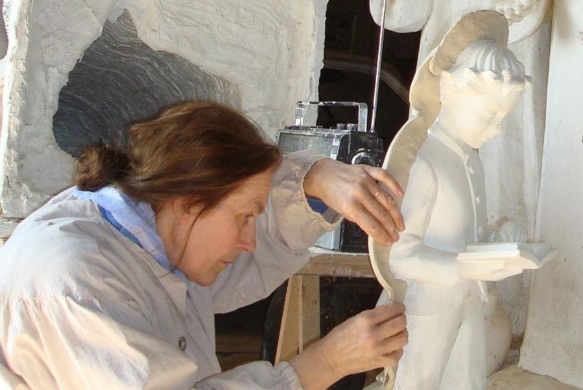 Ultimes coups de maillet pour la sculpteuse d'art sacré, Anne KIRKPATRICK…