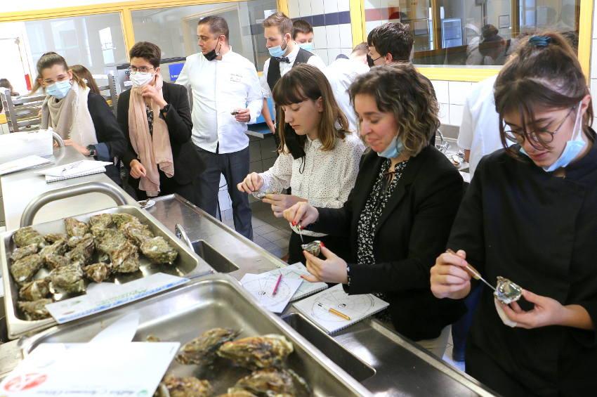 Master class spécial huîtres à Vauban : « Fine de claire » et « Pousse de claire » n'ont plus de secrets pour les élèves