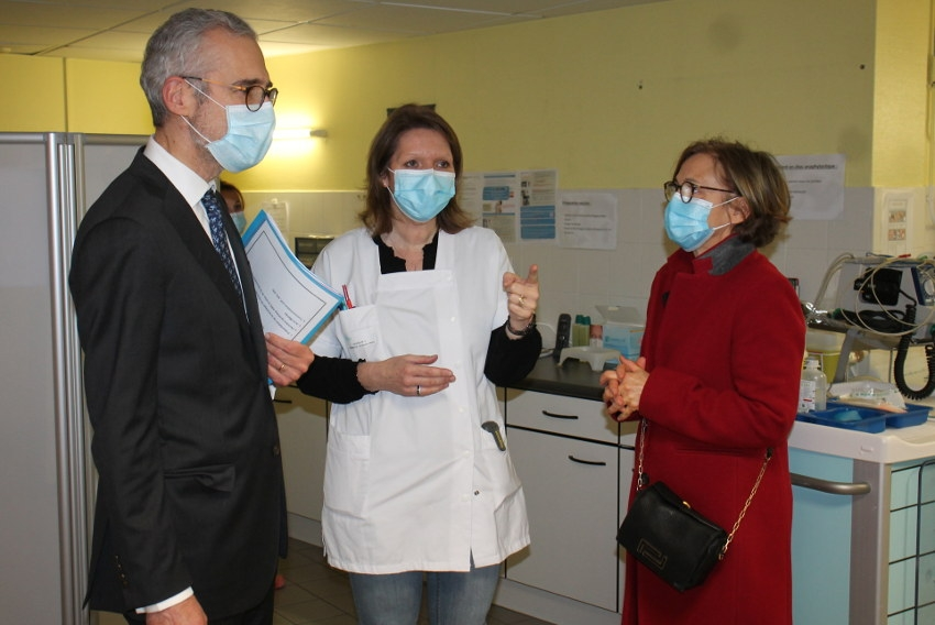 Accueil des 75 ans et plus : le préfet prend la température au centre de vaccination de l'hôpital d'Auxerre