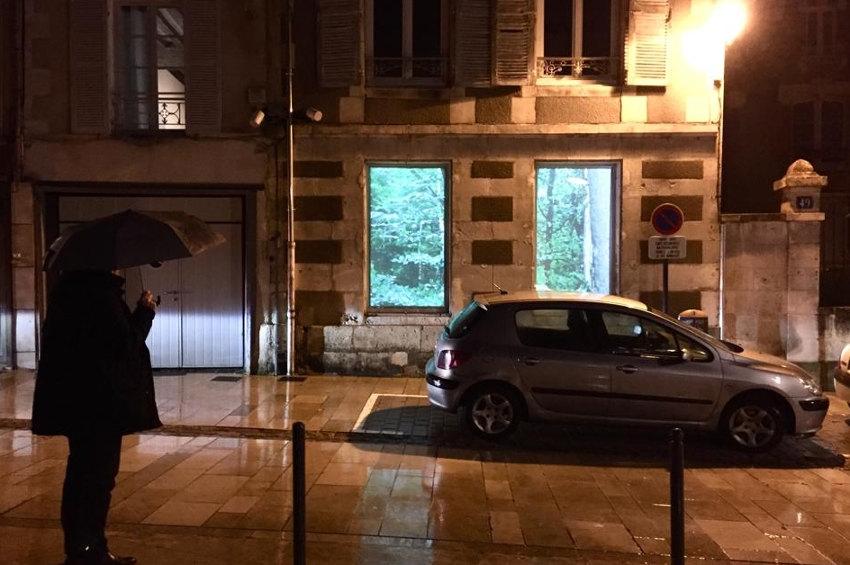 Hors Cadre trouve la parade au couvre-feu : quand l'art s'expose dans les encadrements de fenêtres à Auxerre !