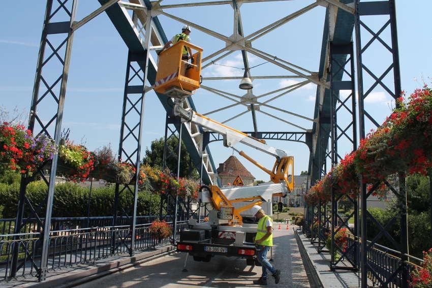 Les techniciens du Service routier départemental contrôlent l'un des plus vieux ponts de l'Yonne…