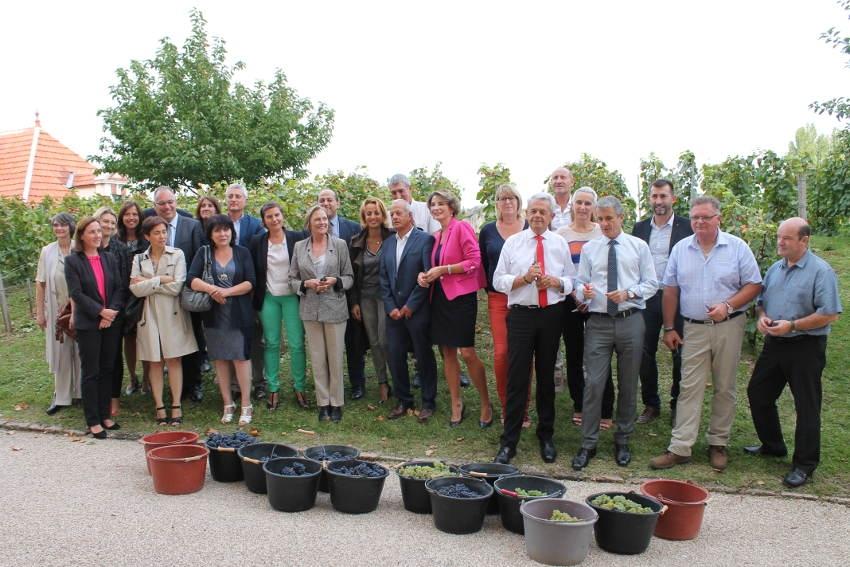 Institutionnels et politiques manient le sécateur dans les jardins de la préfecture de l'Yonne !
