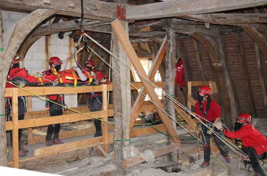 Prise de risques sous contrôle pour les sauveteurs du GRIMP : les « alpinistes » du SDIS 89 avancent avec filet…