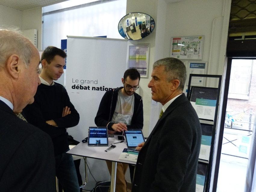 « Grand Débat national » : les représentants de l'Etat visitent le stand itinérant à Auxerre