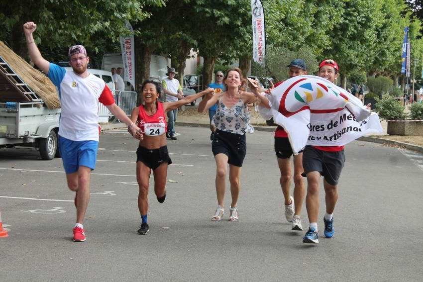 Isabelle DUMONT (Chambre de Métiers et de l'Artisanat de l'Yonne) sait mouiller le maillot en signe de solidarité !
