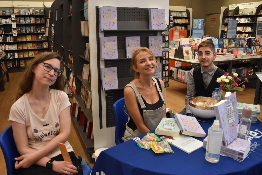 Elle a dédicacé son nouvel ouvrage : l'humoriste Céline HOLYNSKI au contact de ses fans à Auxerre